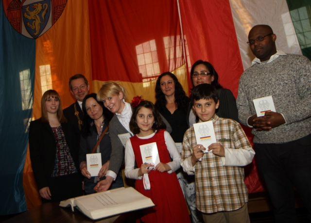 Bild: Einbürgerungsfeier der Stadt Siegen Bürgermeister Steffen Mues begrüßt neue Siegener