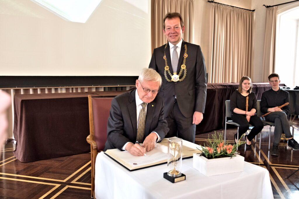 Bild: Nobelpreisträger Prof. Frank signierte Goldenes Buch