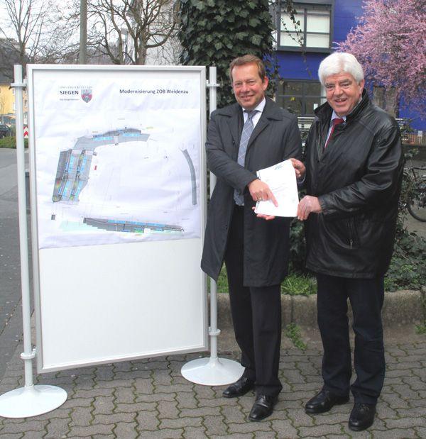 Bild: Bürgermeister Steffen Mues erhält Förderbescheid: