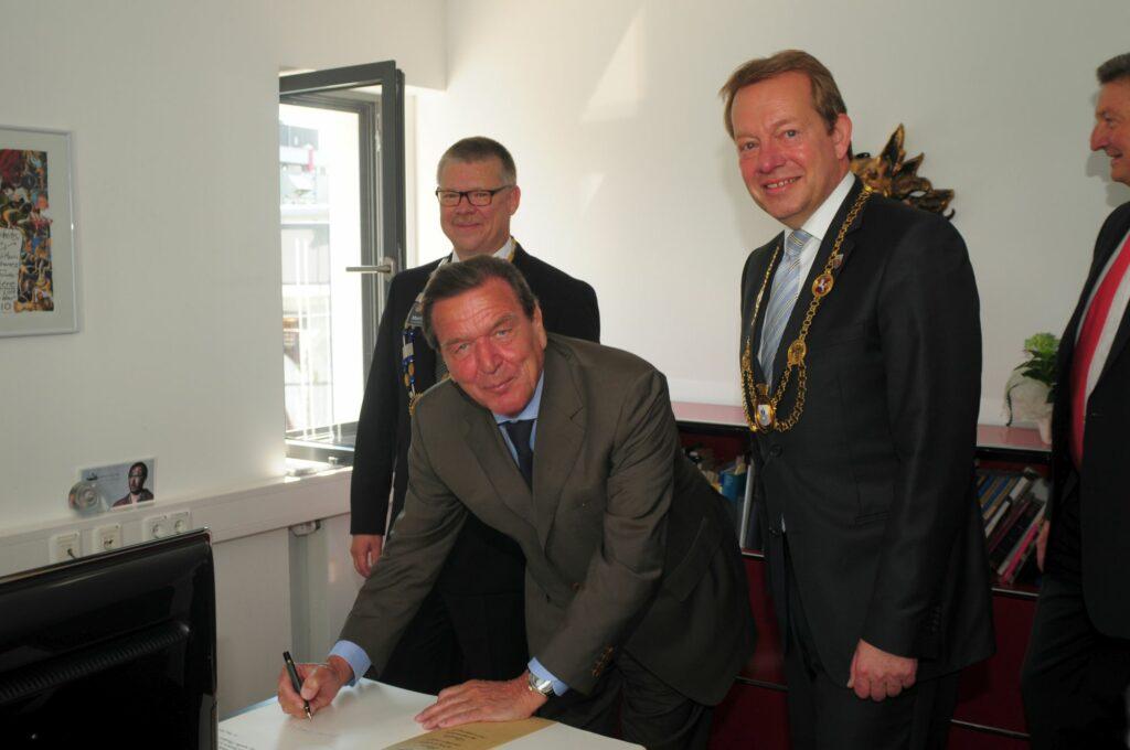 Bild: Ein Altkanzler als Neuzugang im Goldenen Buch der Stadt Siegen
