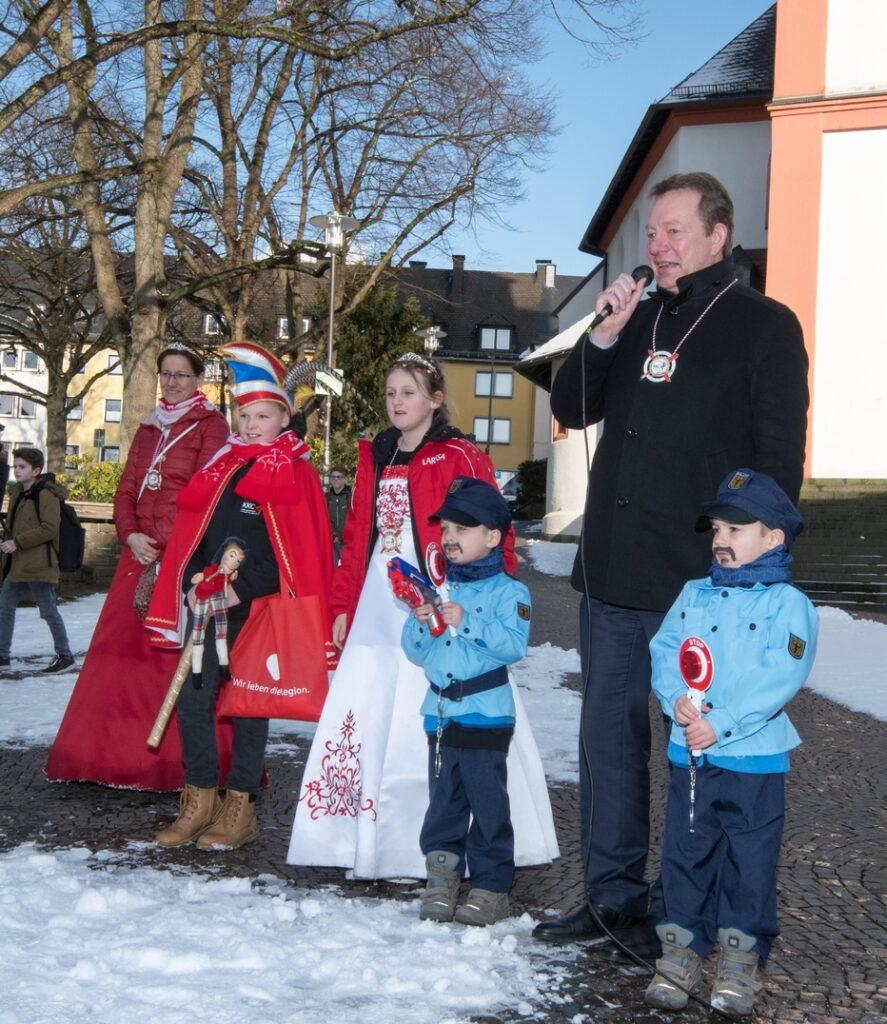 Bild: Steffen Mues bekommt Besuch vom Kinderkarnevalszug