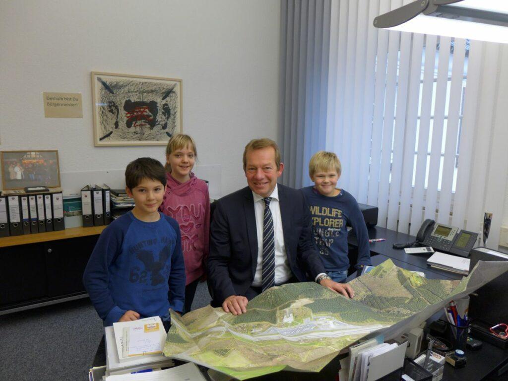 Bild: Schüler der Eiserner Schule besuchen Bürgermeister