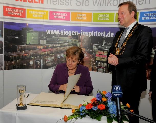 Bild: Bundeskanzlerin Angela Merkel traegt sich ins Goldene Buch der Stadt Siegen ein