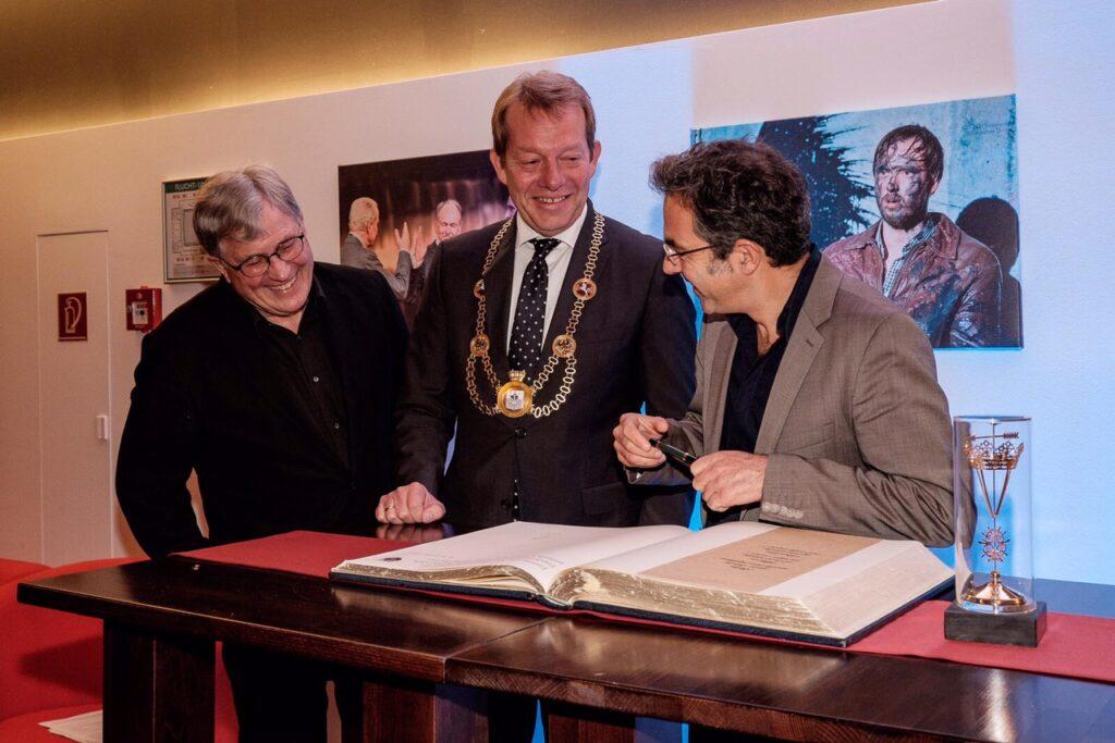 Bild: Navid Kermani in das Goldene Buch der Stadt Siegen eingetragen