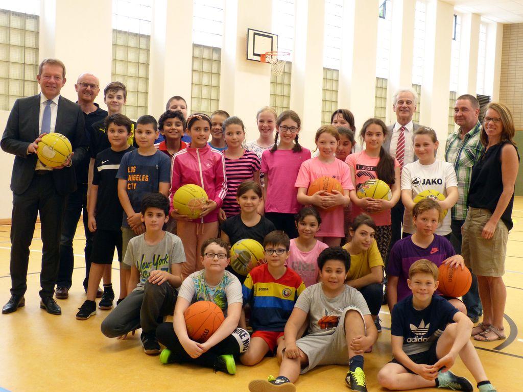 Bild: Fürst-Johann-Moritz-Gymnasium: Neue Sportböden in Schulturnhallen übergeben