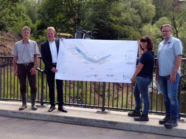 Bild: Bürgermeister Steffen Mues (CDU) gibt Startschuss für den Rückbau des letzten von drei Wehren in der