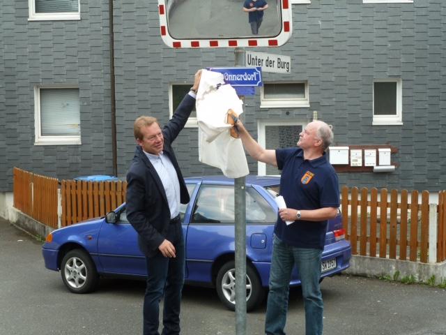 Bild: Einweihung eines weiteren historischen Straßenschildes in Niederschelden
