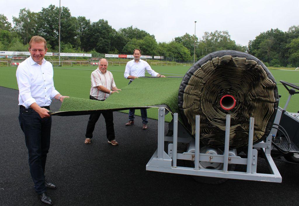 Bild: Neuer Kunstrasen für Gosenbacher Sportplatz liegt