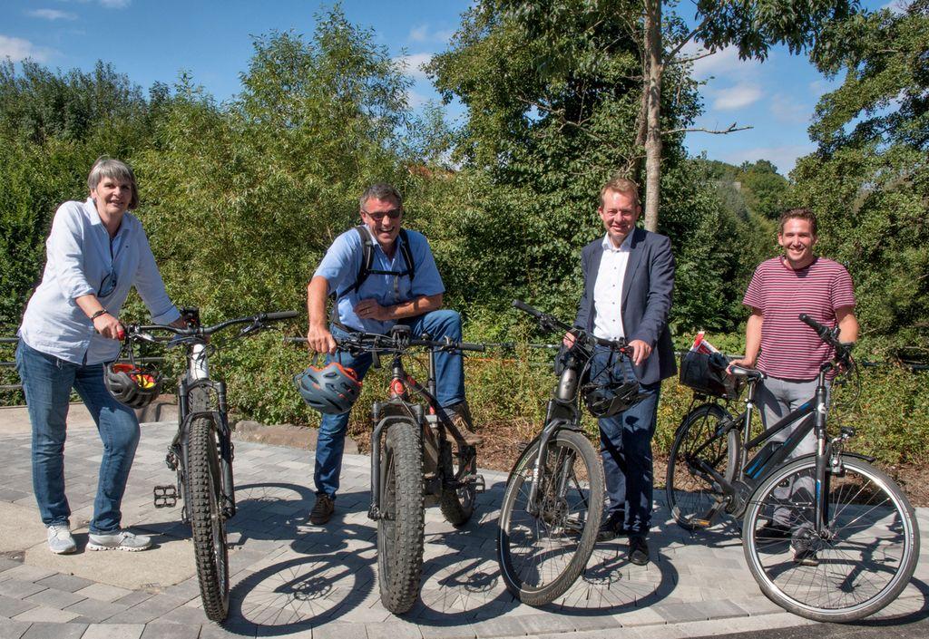 Mit dem Fahrrad vor Ort (v.l.): Anke Schreiber (Abteilung Straße und Verkehr), Eckhard Vetter (Baufirma Heinrich Weber), Bürgermeister Steffen Mues und Florian Rötter (Abteilung Straße und Verkehr). (Foto: Stadt Siegen).